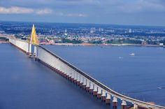 Turismo Manaus (AM) - Ponte Rio Negro, com 3.595 metros de comprimento é a maior ponte estaiada (com 400 metros de trecho suspensos por cabos) do Brasil. Liga Manaus ao município de Iranduba (a 27 quilômetros da capital)