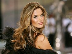 Alessandra Ambrosio arrived at the 2018 Cannes Film Festival looking like a goddess. Re-create the Alessandra Ambrosio hair color and style with these tips. Alessandra Ambrosio, Summer Hairstyles, Pretty Hairstyles, Hight Light, Hair Blond, Hair Color Formulas, Bronde Hair, Balayage Hair, New Hair Colors