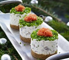 Majtesill bakelser filling 2 leaves of gelatine 400 g matjes 1 small red onion 1 pc lemon (zest) 1 tablespoon chives (chopped) 1 tablespoon parsley (chopped) 3 cup sour cream 125g cream cheese