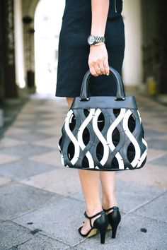 Obsessed with a chic black and white bag. Fashion Details, Love Fashion, Womens Fashion, Fashion Trends, Fashion Inspiration, Next Purses, Black And White Bags, Fashion Stylist, Wardrobe Staples