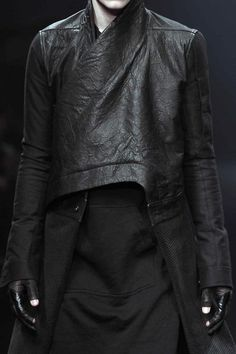 Choosing The Right Men's Leather Jackets. A leather coat is a must for every single guy's closet and is also an excellent method to express his personal design. Leather coats never ever head Dark Fashion, Minimal Fashion, Leather Fashion, Men's Fashion, Fashion Design, Mode Sombre, Dystopian Fashion, Leather Jacket, Leather Men