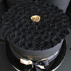Surprise your beloved ♥ with for your luxury box . Surprise your beloved ♥ with for your luxury box with dark roses Flower Box Gift, Flower Boxes, My Flower, Golden Flower, Beautiful Roses, Beautiful Flowers, Mode Logos, Million Roses, Rosen Box