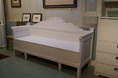Valkoinen talonpoikaissohva  White peasant sofa