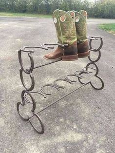 Horseshoe boot rack 6 pair - Cool Welding Project Ideas for Home Welding Art Projects, Welding Crafts, Diy Welding, Metal Welding, Diy Projects, Welding Tools, Welding Ideas, Diy Tools, Project Ideas