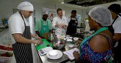 Restaurante social serve pessoas carentes e combate o desperdício