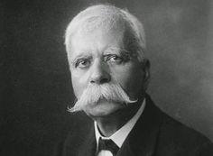 Νομικός, τραπεζίτης και πολιτικός. Έφθασε στα ανώτατα αξιώματα της ελληνικής πολιτείας και διατέλεσε Πρωθυπουργός και Πρόεδρος της Δημοκρατίας.