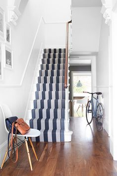 10 ways to the hippest hallway in the hood Hallway Carpet Runners, Carpet Stairs, Hall Carpet, House Stairs, Navy Stair Runner, Stair Runners, Flur Design, Design Room, Hardwood Stairs
