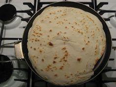 Pasticciando in cucina: Piadina Romagnola400 gr di farina 25 g di strutto 1 bustina scarsa di lievito per torte salate sale qb 200 gr di Prosciutto 100 gr di Squacquerone rucola versate la farina sulla spianatoia, unite una presa di sale, il lievito e lo strutto. impastate aggiungendo l'acqua calda necessaria per ottenere un composto liscio e omogeneo. Coprite con un canovaccio e lasciate lievitare per circa 30 minuti in luogo protetto da correnti d'aria, per esempio in un forno tiepido…