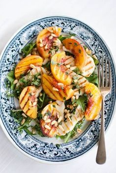 Grilled Peaches and Haloumi Salad / gegrillte Pfirsiche und Halumi Grillkäse auf Rucola/Rauke mit Pinienkernen