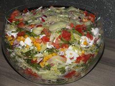 Przepis na warstwowa sałatka z fetą na kolorowo. Sałatę lodową opłukać, osuszyć i porwać na kawałki. Feta pokroić w kostkę. Kukurydzę osączyć z zalewy. Ogórki i rzodkiewkę opłukać i pokroić w półplasterki. Baked Cod, Tortellini, Kraut, Feta, Guacamole, Cobb Salad, Baked Potato, Salad Recipes, Cabbage
