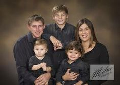 Blue shirts w/ jeans. and brown background Studio Family Portraits, Fall Family Portraits, Family Portrait Poses, Fall Family Pictures, Family Picture Poses, Family Portrait Photography, Family Posing, Family Photos, Portrait Ideas