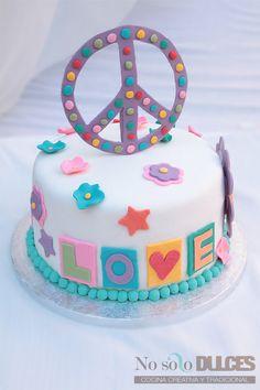 No solo dulces tarta fondant hippie Love and peace Con ganache de chocolate blanco y bizcocho multicolor