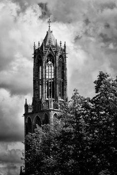 Domtoren Utrecht vanaf de Oudegracht in zwart-wit