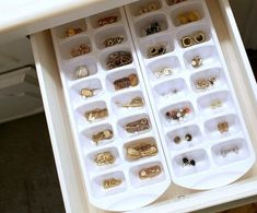 27 Brilliant Jewellery Organizer Ideen, mit denen die Organisation Spaß macht 27 Brilliant Jewelery Organizer Ideas that make the organization fun Diy Organizer, Closet Organization, Jewelry Organization, Organization Ideas, Makeup Drawer Organization, Organizing Tips, Ideas Para Organizar, Ice Cube Trays, Ice Cubes