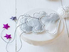 Learn how to easily make your own cloud-shaped tea bags. These bags look beautiful and are ideal as a small gift.
