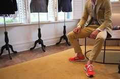 New Balance sneakers in a bright color paired with a classic suit. Next purchase: New Balance sneakers. New Balance Outfit, Tenis New Balance, New Balance Style, New Balance Men, Khaki Suits, Beige Suits, Suits And Sneakers, Red Sneakers, Kakis