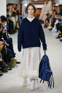 >>>Pandora Jewelry OFF! >>>Visit>> The complete Loewe Fall 2018 Ready-to-Wear fashion show now on Vogue Runway. Fashion Mode, Fashion Week, Runway Fashion, High Fashion, Womens Fashion, Fashion Tips, Cheap Fashion, Dress Fashion, Haute Couture Style