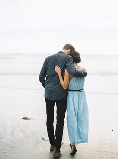This beautiful Oregon coastal engagement inspiration by ANNE BROOKSHIRE was captured during a 1:1 Workshop with ERICH MCVEY. With the stunning backdrop and fading light it was the perfect environment to capture some special moments. Photography ANNE BROO