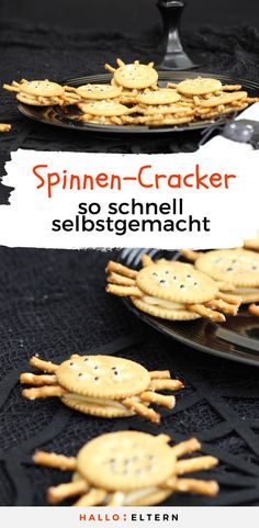 Spider Crackers: Quickly plaster, otherwise they crawl from the t .- Spinnen-Cracker: Schnell verputzen, sonst krabbeln sie vom Teller Halloween food: Quick plaster, otherwise the spider crackers crawl away from the plate - Halloween Fingerfood, Dessert Halloween, Creepy Halloween Food, Healthy Halloween, Halloween Dinner, Halloween Food For Party, Halloween Cupcakes, Halloween Treats, Halloween Halloween