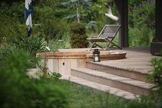 Le hot-tub en bois intégré dans l'escalier
