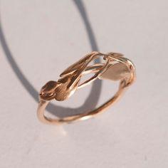 Un a mano 14 k anello in oro rosa visualizzando delicate foglie in cima.  Le foglie sono delicate ma molto forte e durevole.    È disponibile una