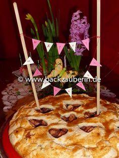 """Die beste Mama der Welt feiert heute ihren Geburtstag. <3 <3 <3 Ich liebe dich, Mama! Wünsche dir alles Liebe und Gute zu deinem Ehrentag! Das ist ein herzlicher Apfelkuchen, dessen Rezept ich aus dem Buch """"Allerliebste Geburtstagskuchen"""" von Sanella habe. #geburtstagskuchen #geburtstag #birthdayweekend #birthday #birthdaycake #apfel #apfelkuchen #apple #applecake #mama #mum #mumiloveyou #iloveyou #happy #happybirthday #familie #family #flowers #blumen #sanella"""