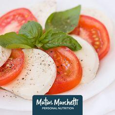 Ingredientes: 500 g de tomate perita 250 g de queso magro hojas de albahaca aceite de oliva Preparación: Lava los tomates y córtalos en pequeños cubitos Corta el queso en cuadraditos Coloca en una fuente el tomate y el queso junto con hojas de albahaca lavadas Condimenta con sal y aceite de oliva