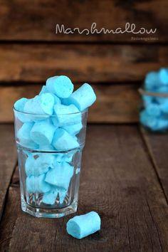 Marshmallow,piccole caramelle dalla forma cilindrica dai colori pastello, con una consistenza spugnosa e gommosa al suo interno e quasi appiccicosa all'esterno