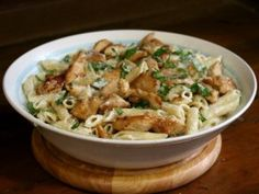 This easy grilled chicken alfredo recipe is fast and easy. The sauce is creamy and rich - a perfect compliment to the tender chicken and pasta. Fast, too. Chicken Alfredo Soup Recipe, Grilled Chicken Alfredo, Chicken Fettuccine, Alfredo Recipe, Alfredo Sauce, Chicken Recipes Video, Pasta Recipes, Soup Recipes, Healthy Foods To Eat
