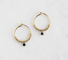 Boucles d'oreilles Yuna. Des boucles d'oreilles fines, dorées sur argent, avec perles et pierre facettées colorée : Noir | Gris | Vert | Blanc.