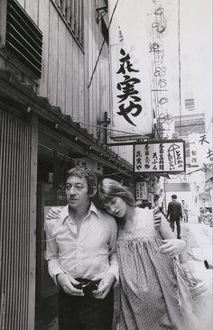 Serge Gainsbourg et Jane Birkin au Japon Serge Gainsbourg, Gainsbourg Birkin, Style Année 60, Style Icons, Estilo Jane Birkin, Perfumes Vintage, Natalie Off Duty, Repetto, Hippie Man