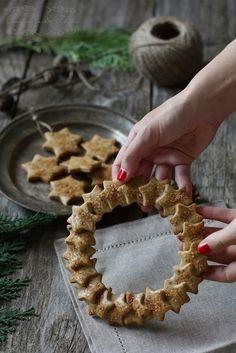 Cinnamon and Thyme: Dišeči piškotni venček / Cookie wreath Christmas Mood, Christmas Kitchen, Christmas Baking, Xmas, Christmas Cookies Gift, Christmas Treats, Bread Art, Star Cookies, Galletas Cookies