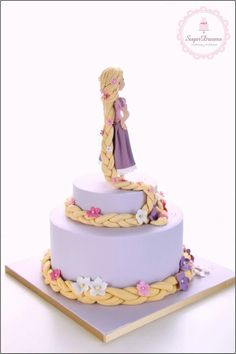 Rapunzel Cake - Rapunzel figurine with braided hair around cake tiers. Cake for women Rapunzel Torte, Bolo Rapunzel, Rapunzel Cake Ideas, Tangled Rapunzel, Tangled Party, Princess Rapunzel, Princess Cake Disney, Rapunzel Braid, Disney Tangled