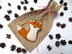 15 idées d'emballages-cadeaux Zéro déchet | Écolo imparfaite Diy Cadeau Noel, Burlap Gift Bags, Christmas Stockings, Christmas Ornaments, Holiday Gifts, Holiday Decor, Small Gifts, Twine, Gift Tags