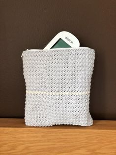 The pouch is easy to crochet. If you don't want to sew a zipper, you could e. crochet more rows and attach a button. Crochet Tote, Crochet Hooks, Twine, Pouch, Tapestry, Throw Pillows, Pattern, Sew, Zipper