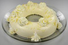 Skallen af den ene citron skylles grundigt under vand og rives fint. Piskes sammen med æggeblommer og flormelis, indtil æggemassen er blevet helt hvid. <BR> <BR> Piskefløden piskes lige akkurat så