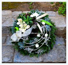 dušičkový bílozelený Christmas Flower Decorations, Grave Decorations, Funeral Flower Arrangements, Funeral Flowers, Fall Wreaths, Ikebana, Grapevine Wreath, Paper Flowers, Fall Decor