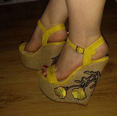 Sexy Legs And Heels, Hot High Heels, Wedge Heels, Shoe Selfie, Sexy Sandals, Gorgeous Heels, Women's Feet, Womens Shoes Wedges, Girls Shoes