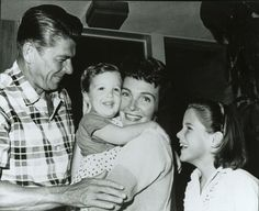 President Reagan, First Lady Nancy Reagan with their family 40th President, President Ronald Reagan, Republican Presidents, Us Presidents, Pro Life Quotes, Nancy Reagan, Betty Ford, News Us, American Actors