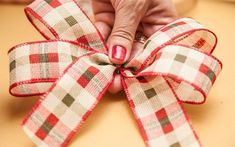 Diy And Crafts, Itu, How To Make, Christmas Tree Ribbon, Christmas Ribbon, Christmas Wrapping, Christmas Tree Ribbon, Make Bows, How To Make Garland