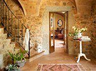 recibidor con escalera a la izquierda y alfombra