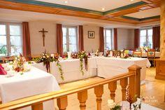 nice classic wedding location with laid tables by © radmila kerl wedding photography munich Schöner klassischer Hochzeitssaal mit geschmückten Tischen