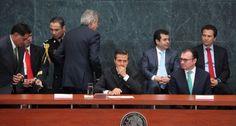 Esparza, Peña y Videgaray durante la firma de la iniciativa de reforma a la Ley de Obras Públicas y Servicios. Foto: Benjamin Flores