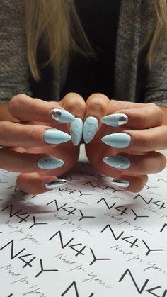 Flotte gele negle med gel polish i pastel blå, her med nail art i sølv. Neglene er lavet af vores dygtige elev Cecilie