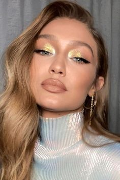 15 Easy Celebrity Makeup Looks That Will Inspire You to Switch It Up This Fall If youre looking for Fall makeup inspiration, these 15 celebrity beauty looks are easy to re-create yourself at Estilo Gigi Hadid, Bella Gigi Hadid, Gigi Hadidi, Gold Eyeliner, Gold Makeup, Eye Makeup, Hair Makeup, Makeup Tips, Celebrity Makeup Looks