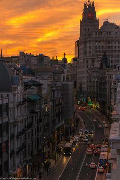 Arde la Gran Via o los cielos de #Madrid Buenas noches a tod@s #CallejeandoMadrid pic.twitter.com/6yoEYZG8tz