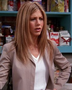 We're all about that Friends fashion. Here are the best outfits from Rachel, Monica and Phoebe (plus a special guest) that have aged like a fine wine. Rachel Green Hair, Rachel Green Friends, Rachel Green Outfits, Dark Purple Hair, Long Gray Hair, Blue Hair, Rachel Haircut Friends, Jennifer Aniston 90s, Pastel Hair