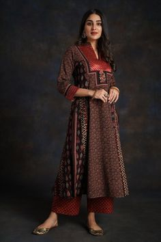 Simple Kurta Designs, Kurti Neck Designs, Kurta Designs Women, Kurti Designs Party Wear, New Designer Dresses, Indian Designer Suits, Kurta Patterns, Dress Patterns, Kurti Styles