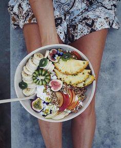 Giant breakfast bowl #goals. Cutting the fruit a few different ways, plus edible flowers, some Rawnola, boom. #regramlove @talinegabriel #breakfastbowl #iamwellandgood