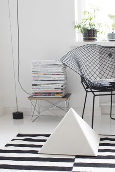 Photo by Varpunen | Bertoia Diamond Chair | Ikea Rand Rug | Eames Wire Base Low Table